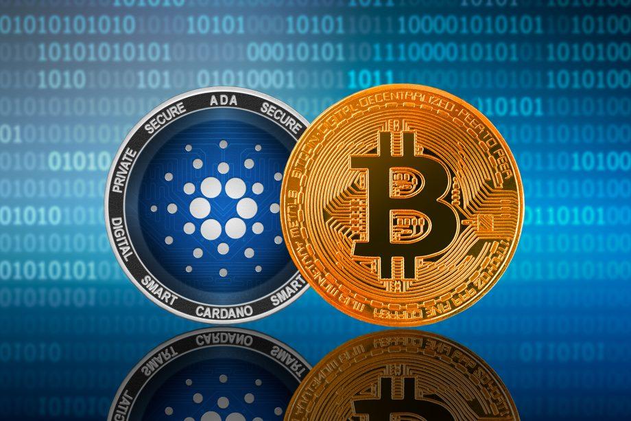 Cardano-Münze neben einer Bitcoin-Münze