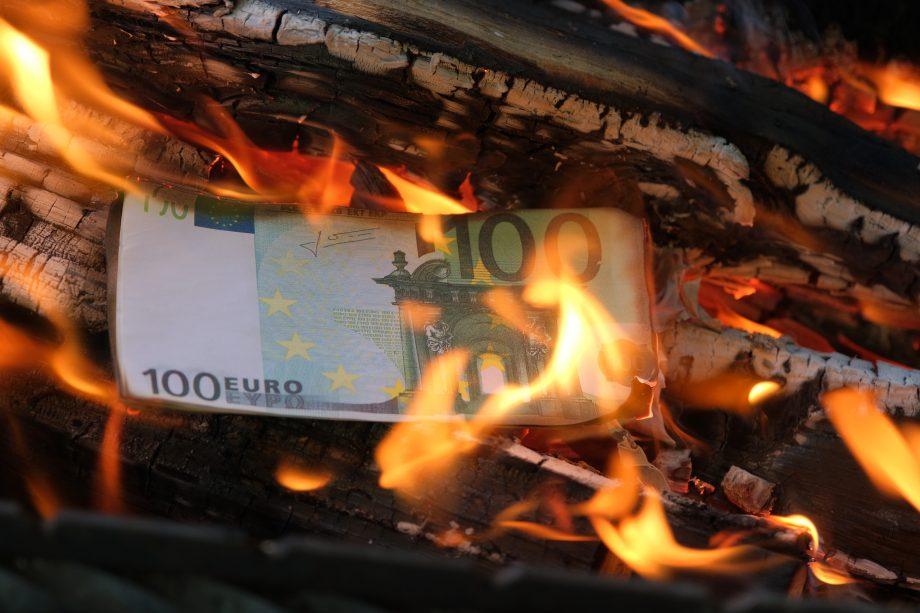 100 Euro Geldschein wird verbrannt als Symbol der Inflation