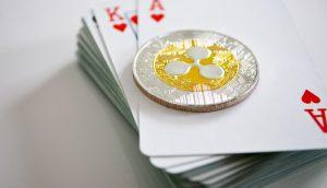 XRP-Münze liegt auf einem Kartenstapel