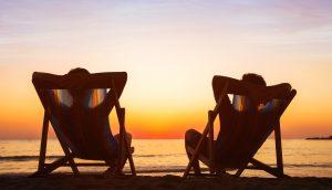 Zwei Liegen am Strand