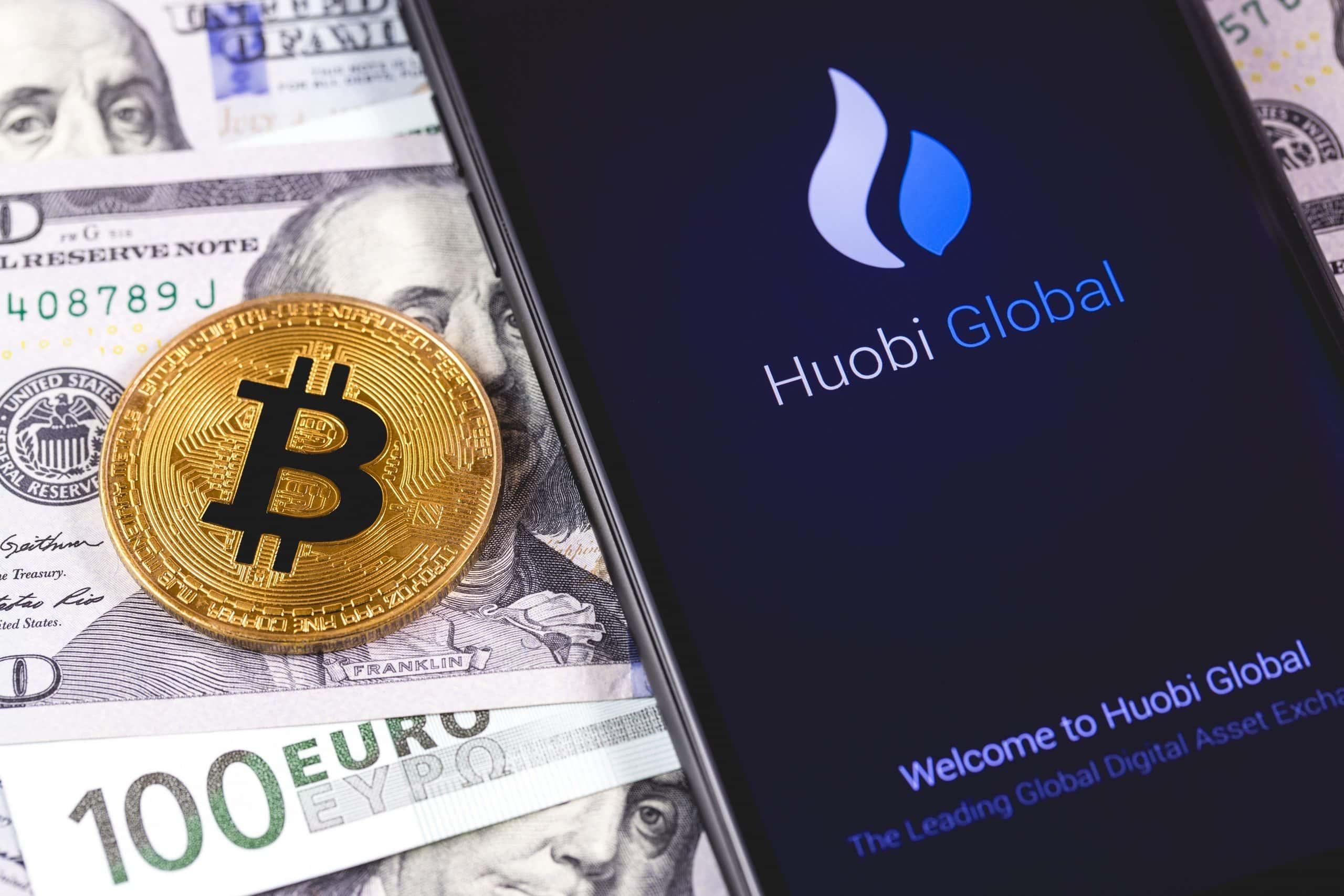 Huobi Global Logo neben Bitcoin und US-Dollar.