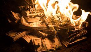 verbrennende Geldbündel