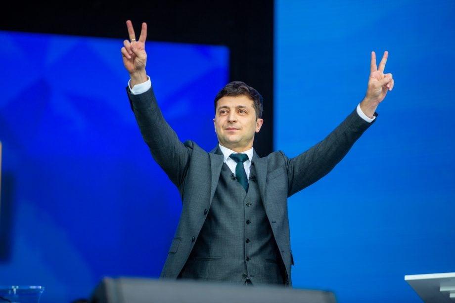 Ukranischer Präsident mit erhobenen Friedenszeichen