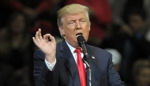 Donald Trump macht eine Fingergeste