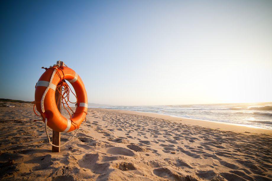 Ein Rettungsring auf dem Strand