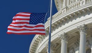 US-Flagge weht vor dem US-Kongress