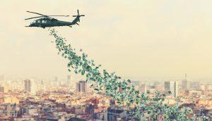 Helikopter fliegt über der Stadt und lässt Geldnoten regnen.