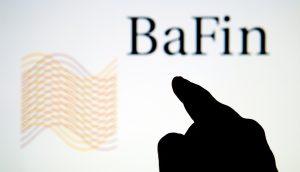 BaFin im Hintergrund geschrieben, mahnender Zeigefinger