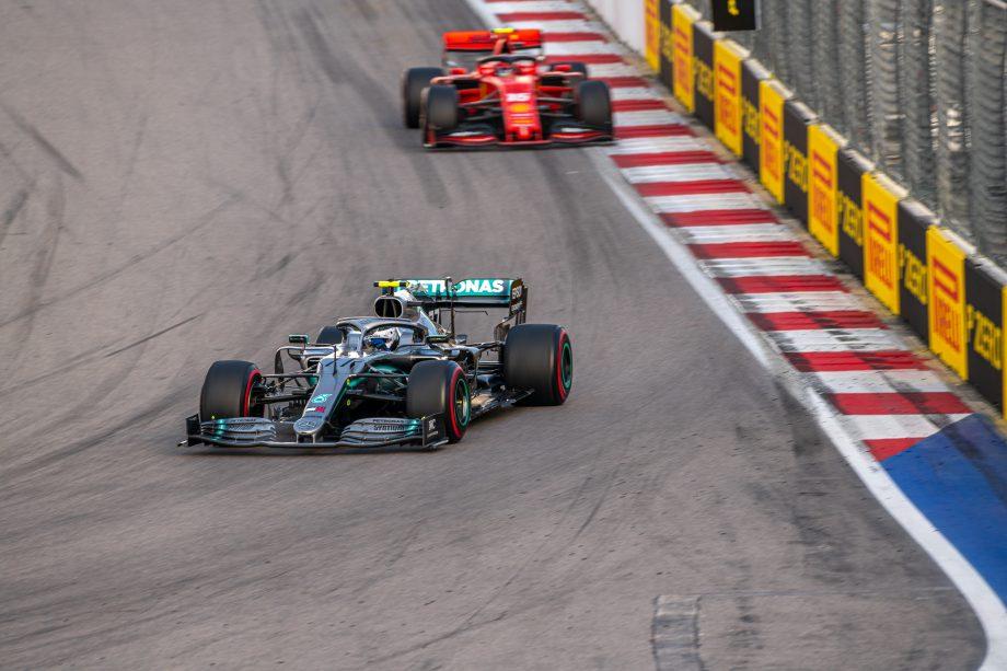 Zwei Formel-1-Wagen fahren auf einer Rennstrecke.
