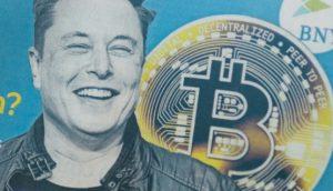 Elon Musk mit Bitcoin im Hintergrund