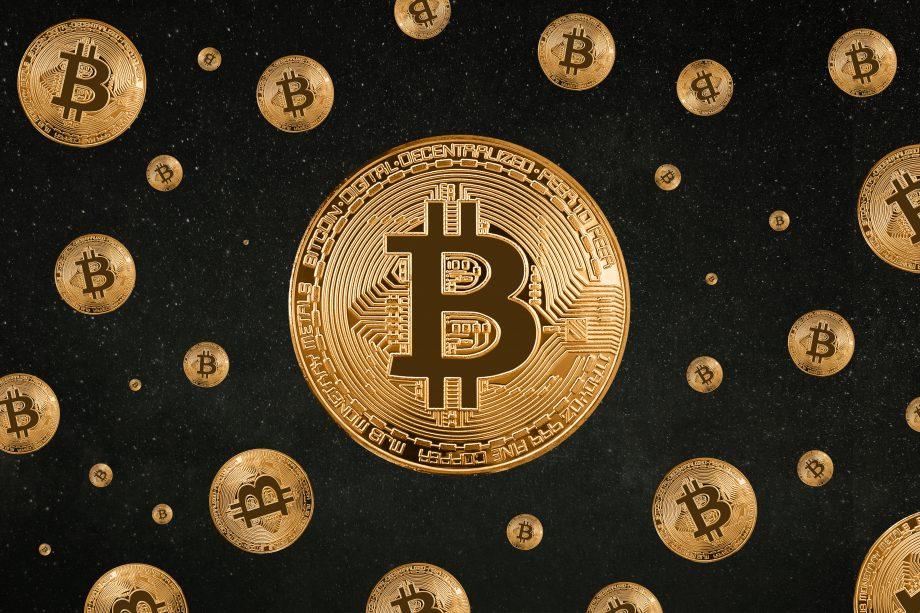 Viele Bitcoin Münzen vor schwarzem Hintergrund