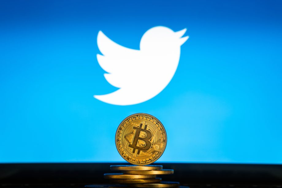 Twitter Logo im Hintergrund, Bitcoin Münze davor