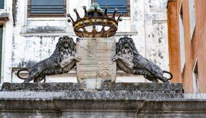Krone von zwei Löwen umrahmt vor dem Dogen-Palast in Venedig