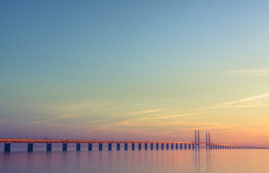 Eine Brücke im Wasser.