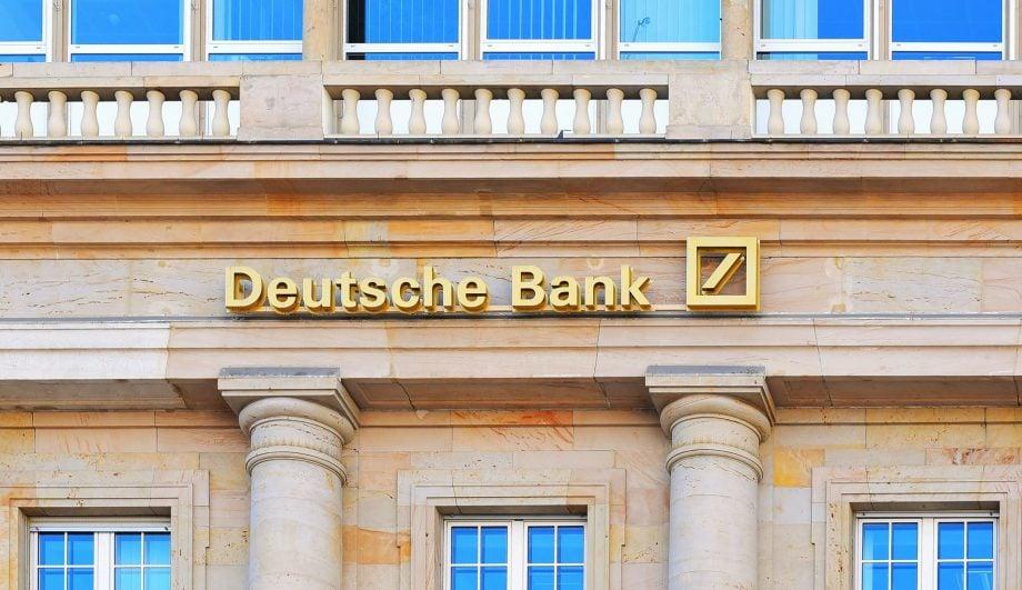 Logo der Deutschen Bank auf einem alten Gebäude
