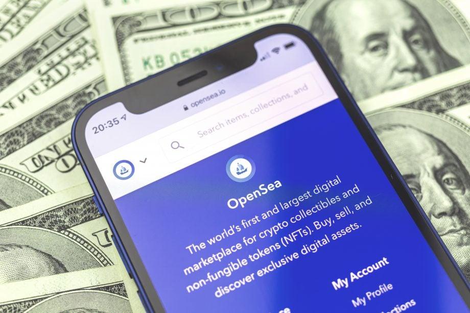 Handy mit geöffneter OpenSea Seite liegt auf Geldscheinen