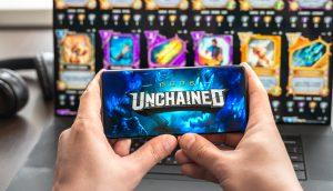 Hände halten ein Telefon mit digitalen Sammelkarten im Hintergrund
