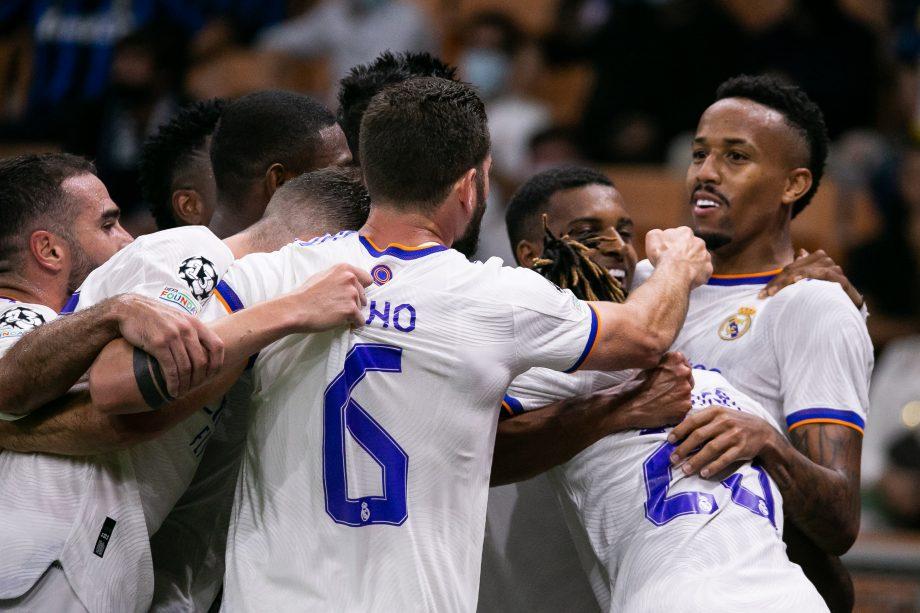 sich umarmende Fußballer