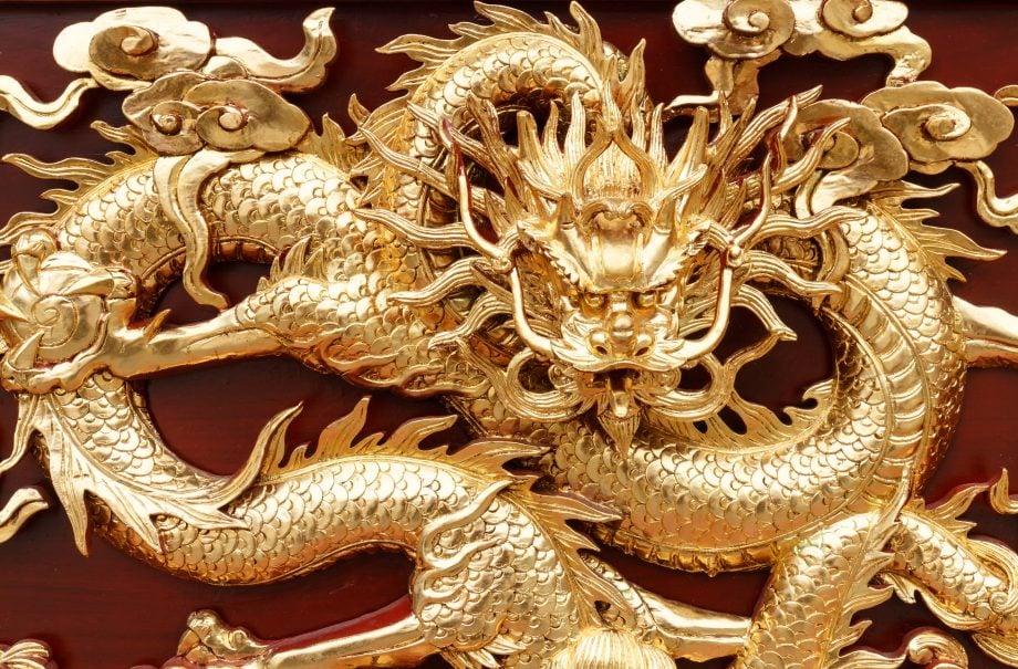Ein goldener Drache.