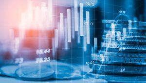 Aktienkurs verläuft neben einem Stapel Münzen.
