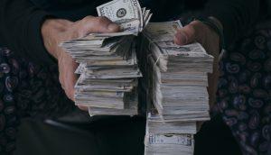 Geldbündel in der Hand