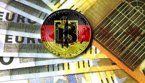 Ein Bitcoin in den Farben Deutschlands liegt auf mehreren Euro-Noten.