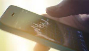 Hand hält Smartphone