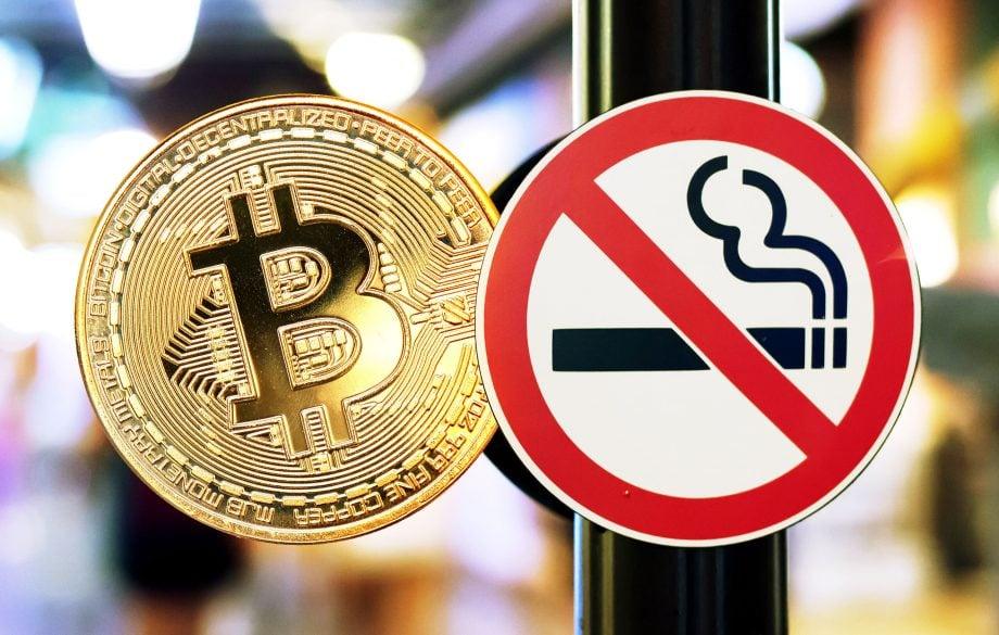 Bitcoin Münze und Nichtraucher Schild