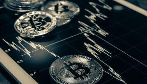 Bitcoin auf schwarzem Diagramm
