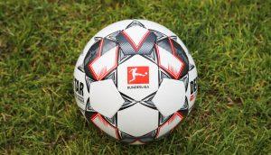 Fußball mit Bundesliga-Logo