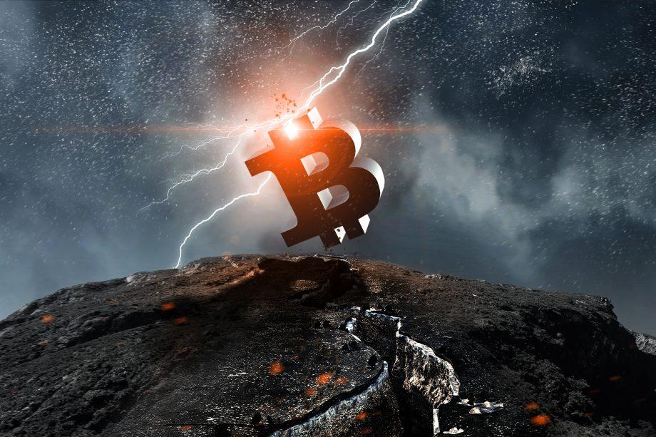 Bitcoin Symbol auf Berg, Blitz im Hintergrund