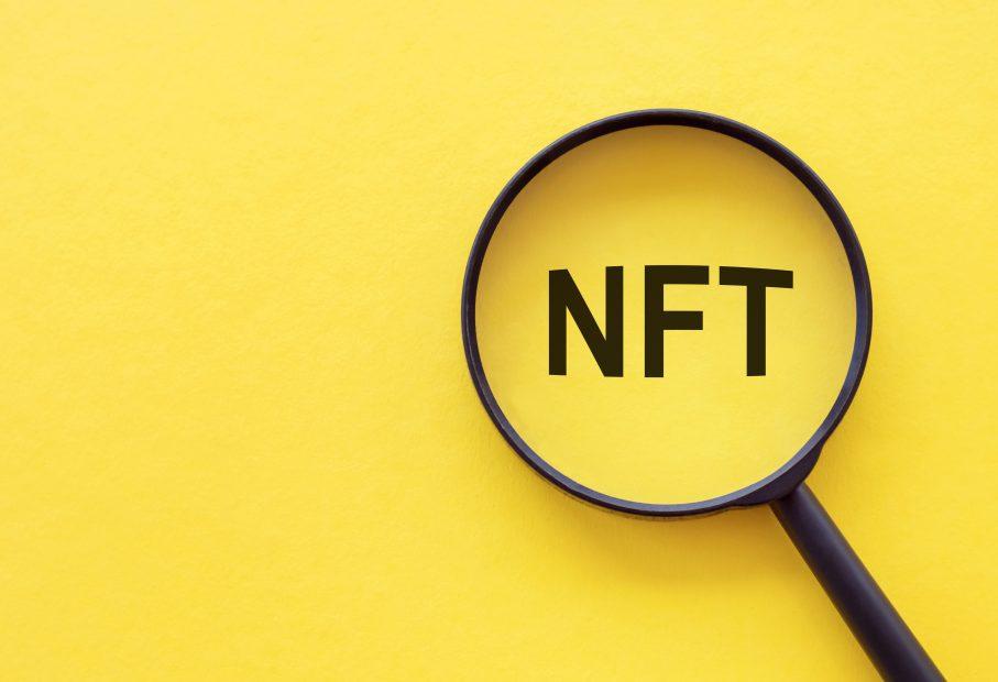 NFT steht auf gelben Hintergrund