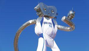 metallisches Wesen mit Dallas Trikot an