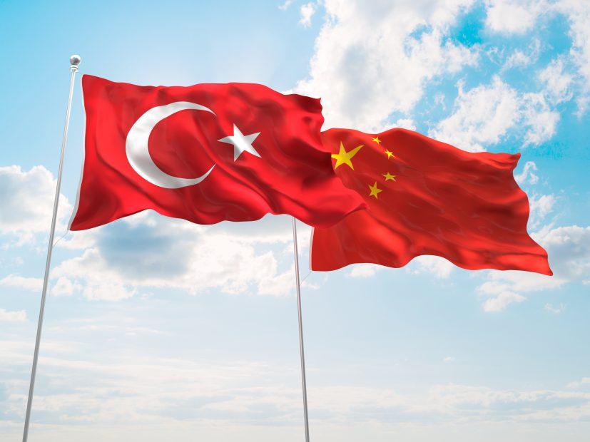 türkische und chinesische Flagge im Wind