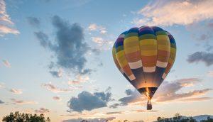 Heißluftballon steigt auf