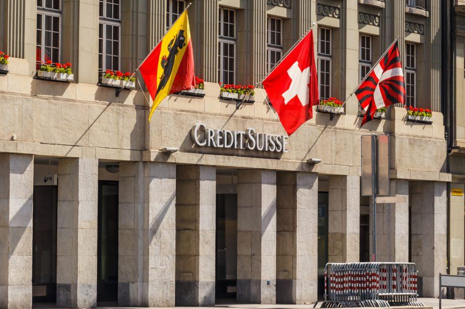 Schweizer Flagge vor Gebäude der Credit Suisse